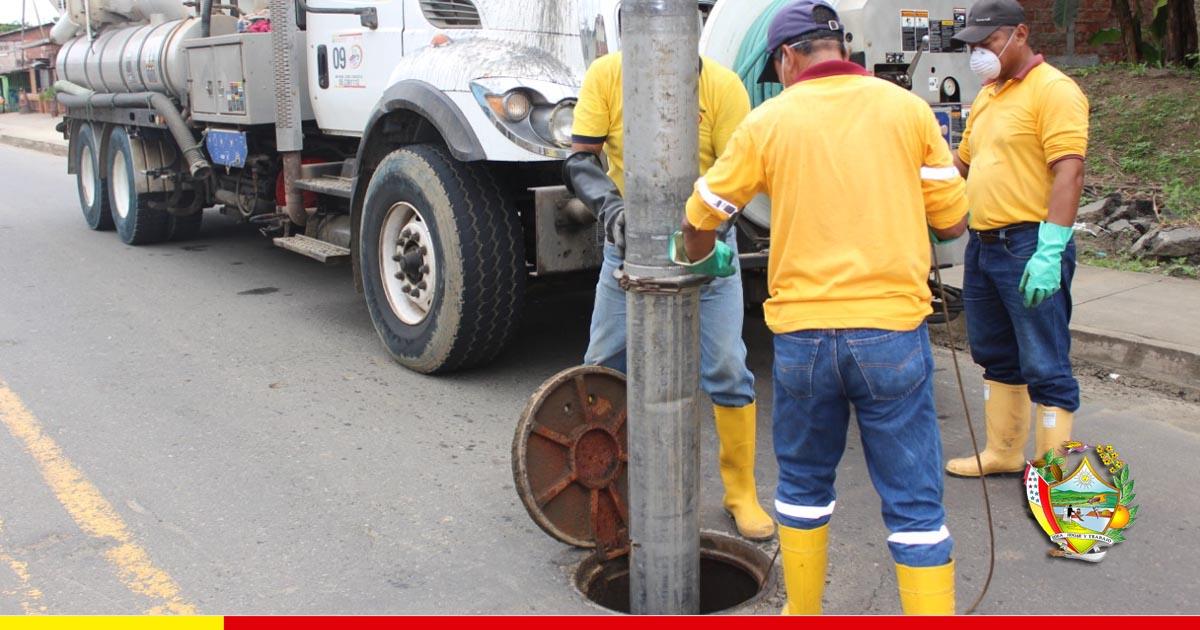 Sumideros son limpiados a tiempo en San Antonio para evitar colapso