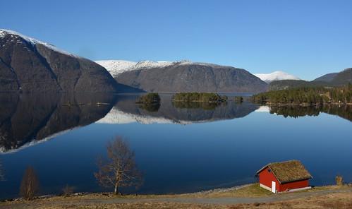 Holmøy med rød hytte