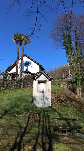 Weiler Niva mit Bildstock unterhalb von Loco