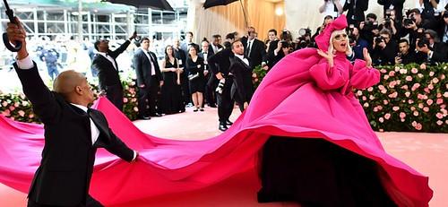 美國歌手Lady Gaga,先以一襲浮誇的粉紅娃娃澎袖禮服登場,配有長長的金蔥睫毛。接著竟在紅毯換上黑色剪裁禮服、緊身粉洋裝,最後只剩水晶內衣,換裝秀超吸睛。