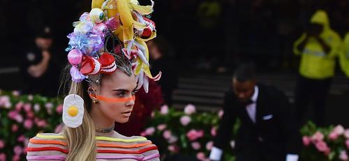 英國超模Cara Delevingne,除了一身彩色線條的Dior服裝搭配之外,頭上的帽飾更吸睛,有牙齒、眼珠、手指、香蕉,還垂掛一顆荷包蛋,是名符其實的「搞怪超模」。