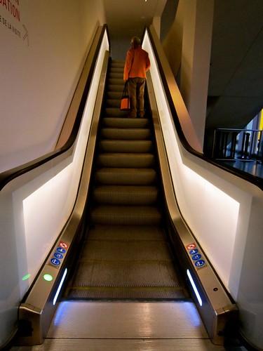 escalator , l'homme orangé
