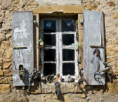 Finestra inquietant / Disturbing window - Photo of Saint-Ferriol