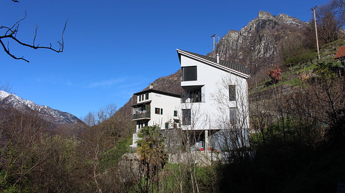 Moderne Wohnhäuser im Bergdorf Loco TI