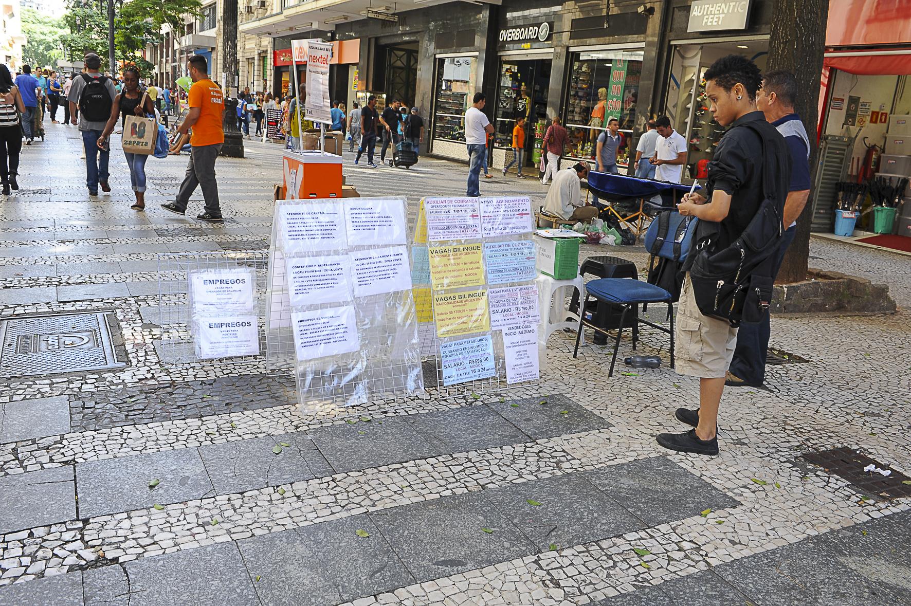 """""""Qualquer vaga serve"""": paulistanos saem às ruas em busca de emprego"""