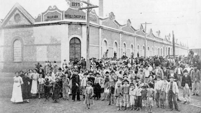 Trabalhadoras e trabalhadores no Cotonifício Crespi, na Mooca, em São Paulo, em 1917 - Créditos: Arquivo/Unicamp