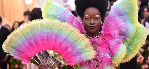 墨西哥演員Lupita Nyong'o,則是身穿一襲彩虹色的立體肩袖禮服,配上金光閃閃的髮飾,雖然相對不浮誇,但顏色依舊超吸眼球。