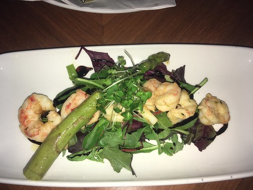 Prawns a la plancha, on salad leaves, with asparagus