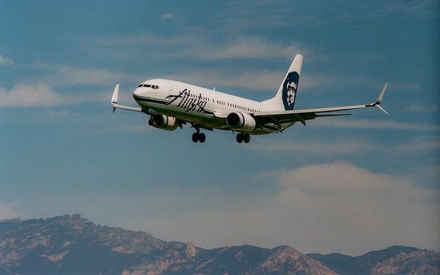 Alaska Airlines Boeing 737-800 on short final for runway 25 at Santa Barbara, 26 March 2019