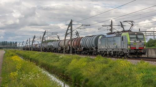 Valburg BLS 475 403 met keteltrein 49077