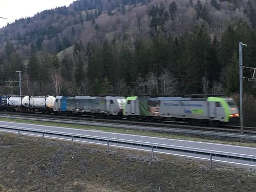 Durchfahrt eines BLS-Güterzuges in Mülenen an der Lötschbergstrecke
