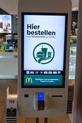 Bestellautomat mit Tichservice am großen Touch Screen in einer McDonalds Filiale