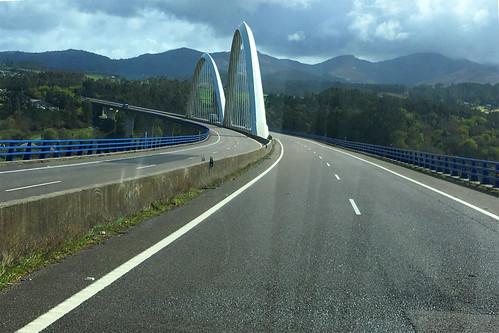 Bergige Landschaft und viele Viadukte und Tunnel-LR