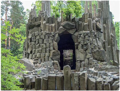 Kromlauer Park - Basaltorgeln und Feldsteine