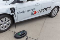 Ein weißes Elektroauto von Ford wird durch ein TankE Gerät für Elektrofahrzeugen geladen