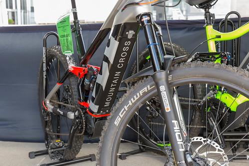 Mountain Cross E-Bike mit breitem Gestell, für elektrische Fahrten und als umweltfreundliche Alternative zum Auto