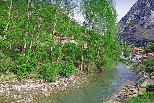 Espagne, la rivère à saumon Deva de la Hermida en Cantabrie