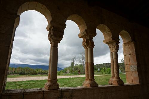 Bajo el pórtico románico...(S.XIII)