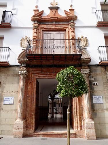 Lucena (Córdoba-España). Calle Julio Romero de Torres. Portada blasonada