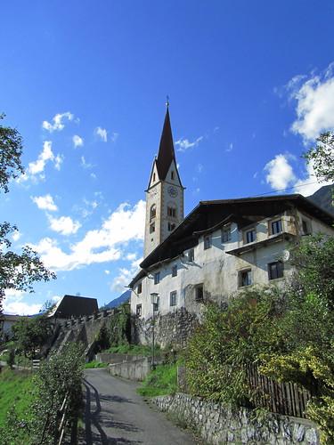 20110914 29 557 Jakobus Stanz Weg Hausfassade Kirche Turm
