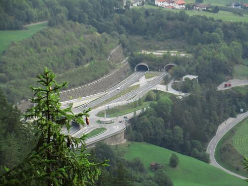 20110915 30 155 Jakobus Tal Straßentunnel Wald