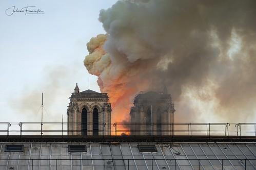 Cathédrale Notre-Dame en flamme