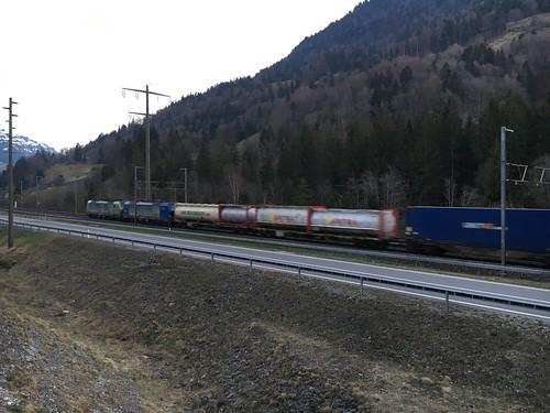 Durchfahrt eines Güterzugs in Mülenen an der Lötschbergstrecke
