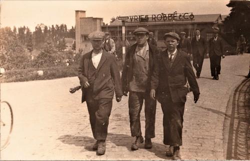 Werknemers verlaten de fabriek van de Vries Robbé (Arkelsedijk, Eike's Hof)