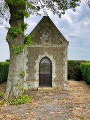 Kleine verlassene Kapelle am Strassenrand, Picardie, Frankreich