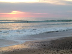 Coucher de soleil avec surfeurs à Brétignolles sur mer