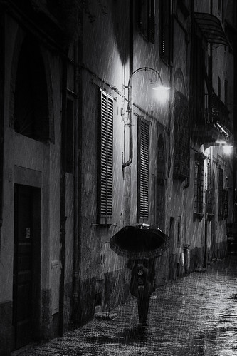 Rainy night - street photography Lucca