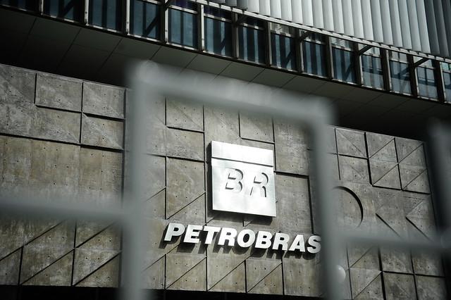 Sob o governo Bolsonaro, Petrobras abre mão de refinar 1,1 milhão de barris por dia