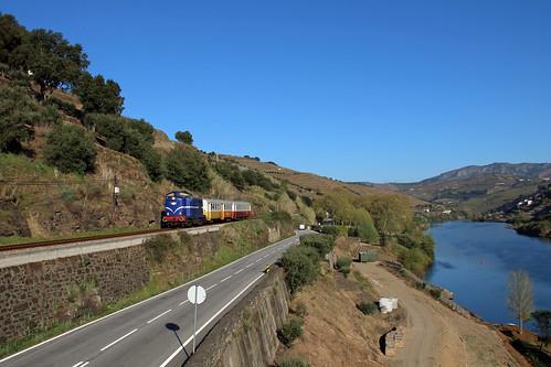 1413 running along the Douro Valley between Caldas do Moledo and Rede.