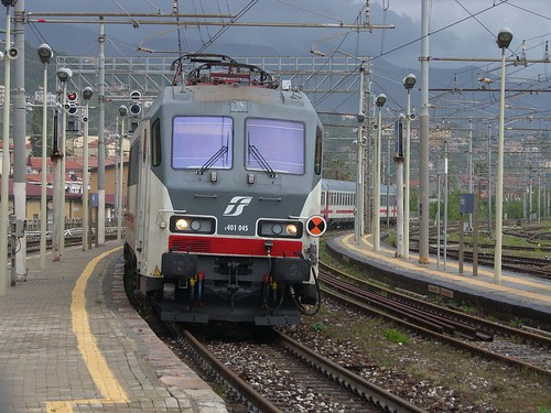 FS 401.045 arrives at Paola with IC1516 10:10 Reggio Calabria - Roma Termini, 6th May 2019