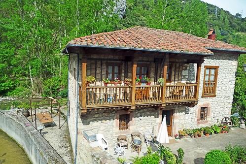 Espagne, maison typique au long de la rivière Deva en Cantabrie