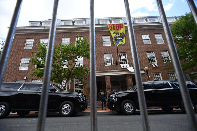 Polícia invade embaixada da Venezuela em Washington e prende ativistas
