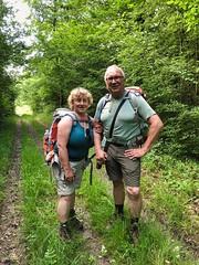 Treffen auf ein deutsches Wanderpaar mitten im Wald, Champagne-Ardennen, Frankreich