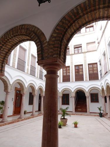 Lucena (Córdoba-España). Calle Julio Romero de Torres. Casa con portada blasonada. Patio