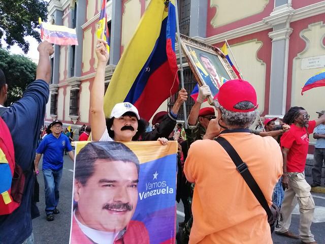 Chavistas marcham em Caracas para lembrar um ano da vitória eleitoral de Maduro