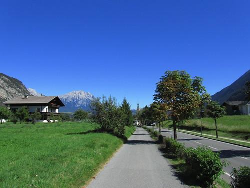 20110913 28 262 Jakobus Silz Weg Straße Alleebäume Berge Haus