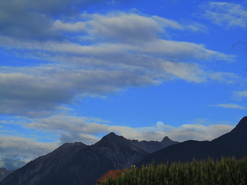 20110914 29 008 Jakobus Karres Berge Wolken Mond Wald Feld