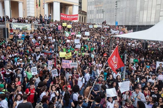 Dia Nacional em Defesa da Educação aconteceu dia 15 de maio e lotou as capitais brasileiras; na imagem, a mobilização em Florianópolis (SC) - Créditos: Foto: Rosane Lima