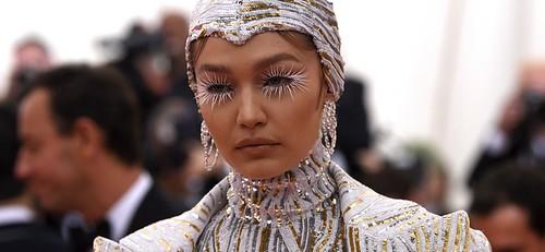 美國演員Gigi Hadid,今年穿著Michael Kors金絲面料連體衣,搭配羽毛裝飾大衣,化身華麗生化人,氣場強大到無法忽視。