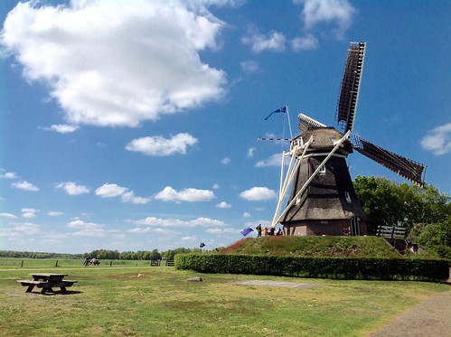 Wolkenlucht bij molen - Foto Tiny Post