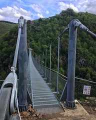 Oh! Une passerelle! 140 mètres de long, 70 mètres de vide en dessous! Bel ouvrage à Mazamet @tourismemazamet @villedemazamet @tourisme_en_occitanie #mazamet #passerellemazamet #tourismemazamet #occitanie #tourism #bridge #nature #metal #architecture
