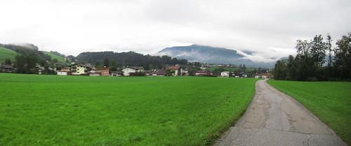 20110909 24 002 Jakobus Breitenbach Weg Berge Wolken Häuser_P01