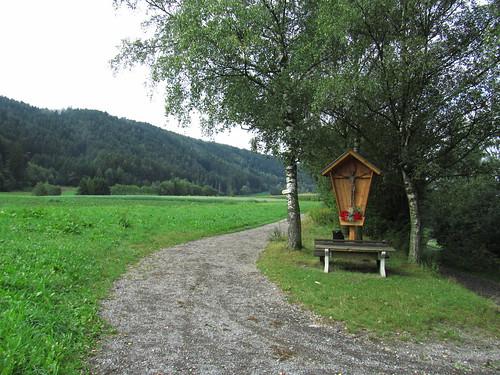 20110912 27 094 Jakobus Weg Marterl Kreuz Wald Wiese Bank Bäume