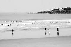 Plaisirs de bord de mer (1) Miroir de plage.. Saint Gilles Croix de Vie, Vendée F  (essai en N& B)