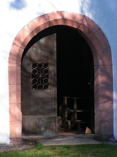 20100417 145 Frammersbach Kreuzkapelle Portal Tür Bank