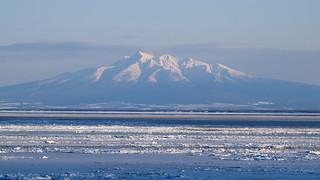 Shiretoko over drift ice / 流氷と知床の山